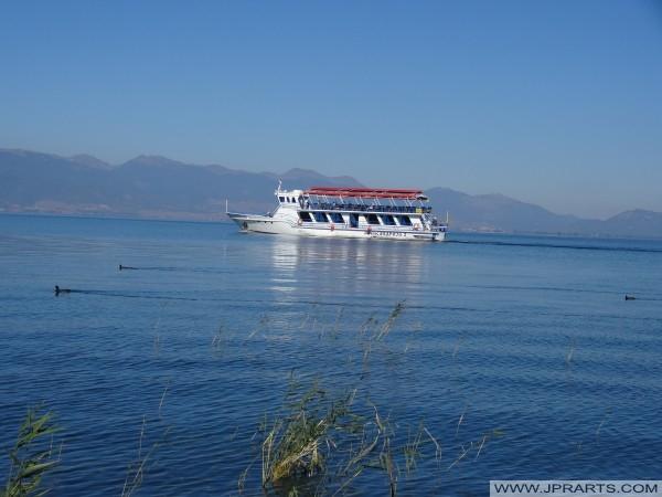 Rondvaartboot op het Meer van Ohrid (Macedonië)