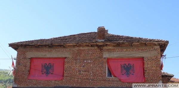 shtëpi me flamuj shqiptarë