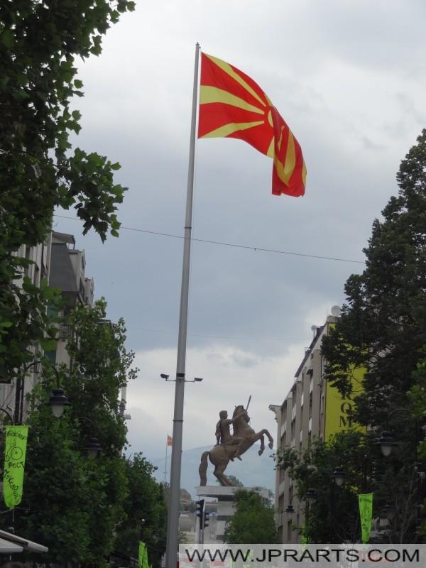 Mazedonische Flagge und Statue Alexander der Große (Skopje)