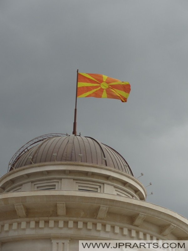 Македонский флаг на Археологического музея в Скопье