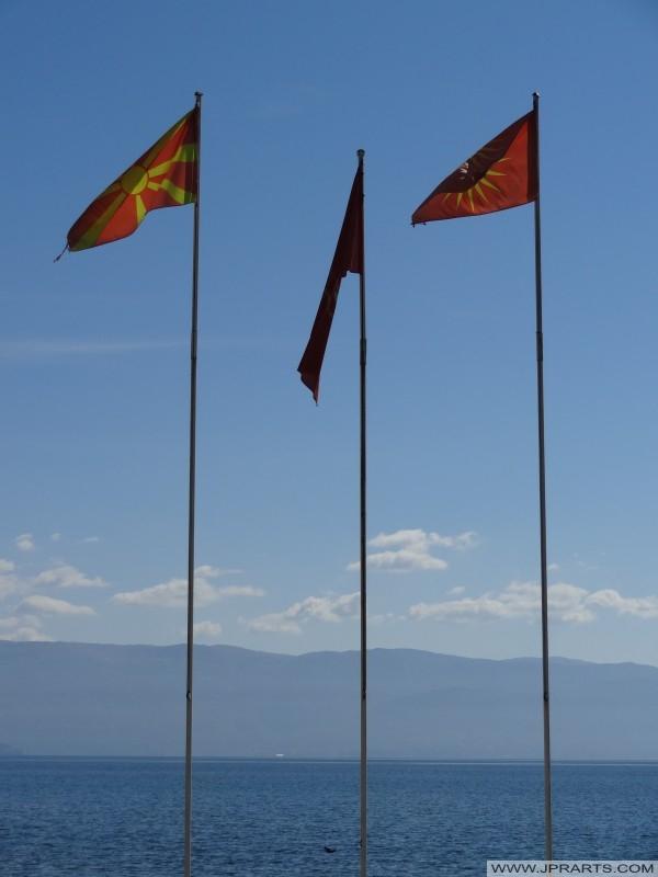 Banderas macedonias lo largo del lago Ohrid