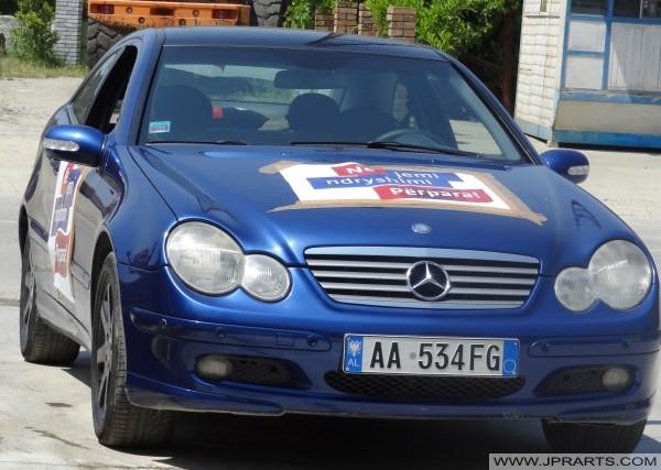 2013 yılında Arnavut seçimlerinde Demokrat Parti'nin Mercedes