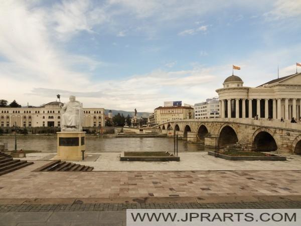 De Stenen Brug over de rivier de Vardar (Skopje, Macedonië)