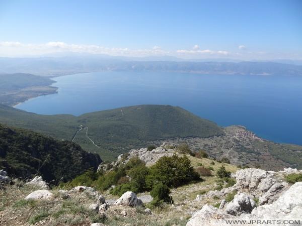 Liqeni i Ohrit dhe ana tjetër e liqenit Shqipëri shihet nga Galicica (Maqedoni)