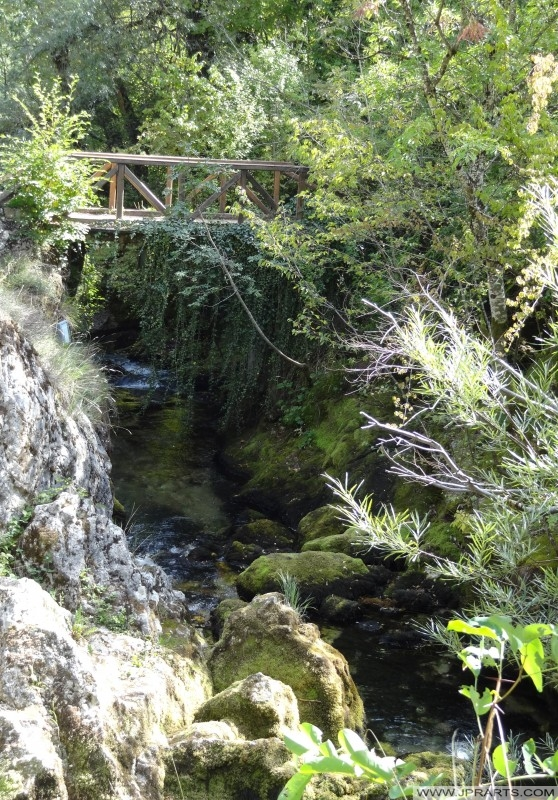 Mały Most nad wodą wypływa Vevcani