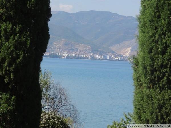 Pamje e liqenit të Ohrit dhe Pogradecit në Shqipëri (Shën Naumi, Maqedoni)