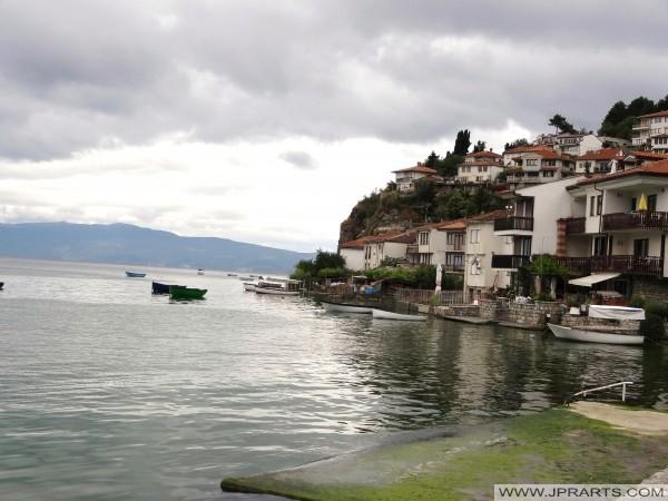 Gamla Hus längs Sjön Ohrid (Makedonien)