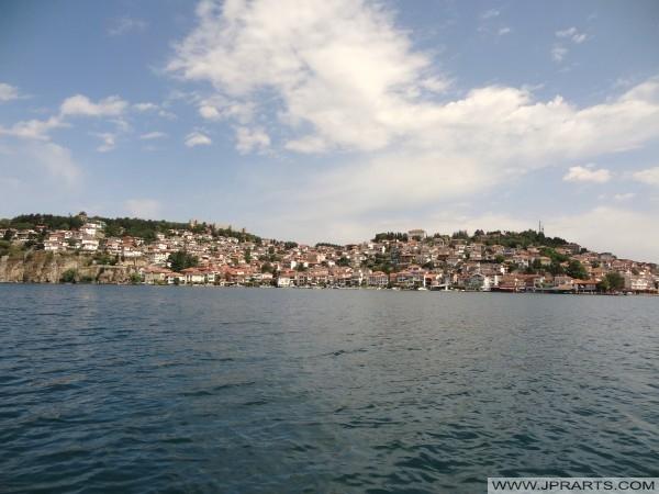 Погледом Стари град Охрид из језера (Македонија)
