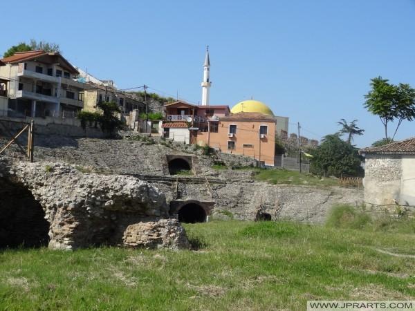 амфитеатарот на Драч и на позадината на Фатих џамија (Албанија)