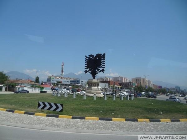 Sheshi i Shqiponjës dhe dy koka shqiponjë (Tiranë, Shqipëria)