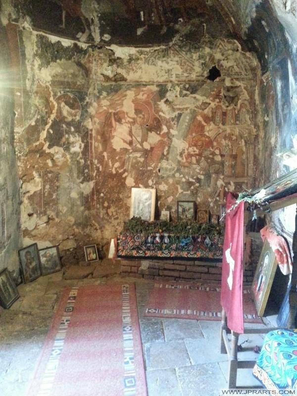 Wewnątrz jaskini św Michała Archanioła Kościół (Radozda, Macedonia)