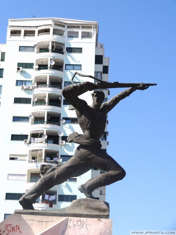 партизански споменик у Дуррес (Албанија)