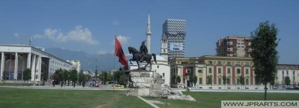 Skanderbeg-Platz und die Statue von Skanderbeg in Tirana (Albanien)