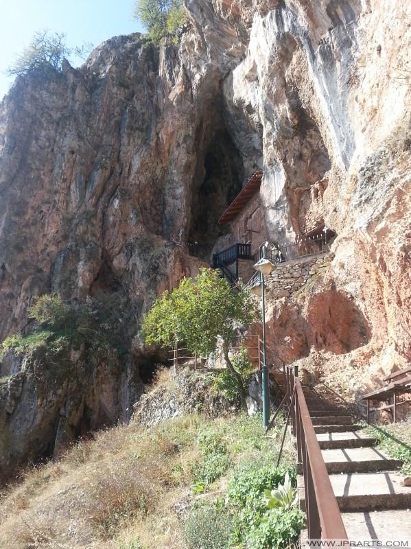 shkallët në Saint kryeëngjëlli Michael kishës shpellë (Radozda, Maqedoni)