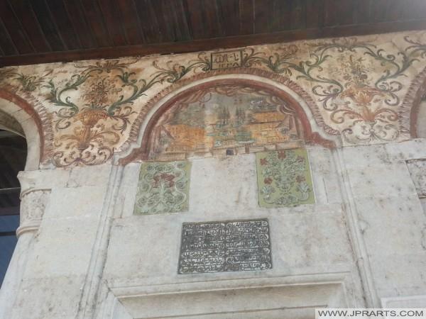 Text über dem Eingang Ethem Bey-Moschee (Tirana, Albanien)