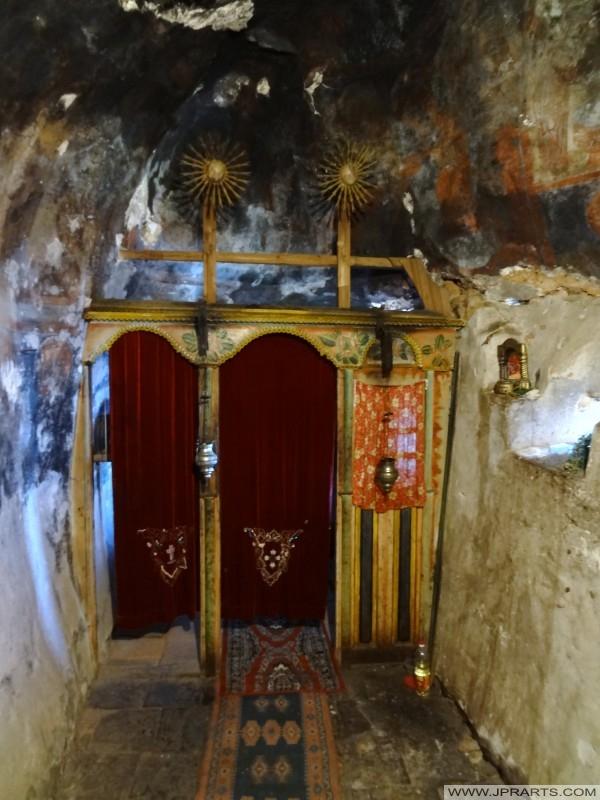 Εσωτερικό του Αγίου Αρχαγγέλου Μιχαήλ σπηλιά εκκλησία (Radožda, Μακεδονία)