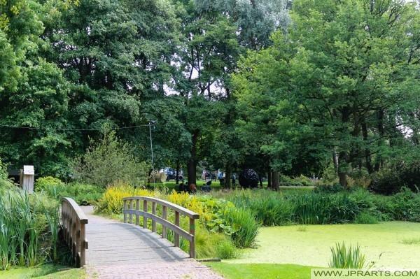 Puente en el Gouverneurstuin en Assen, Países Bajos