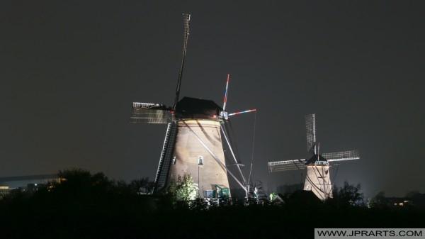 kincir angin Kinderdijk terkenal di malam hari (Belanda)