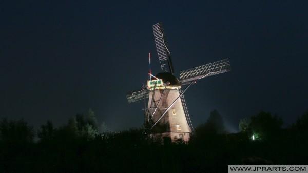 Moulins de Kinderdijk dans la soirée (Pays-Bas)