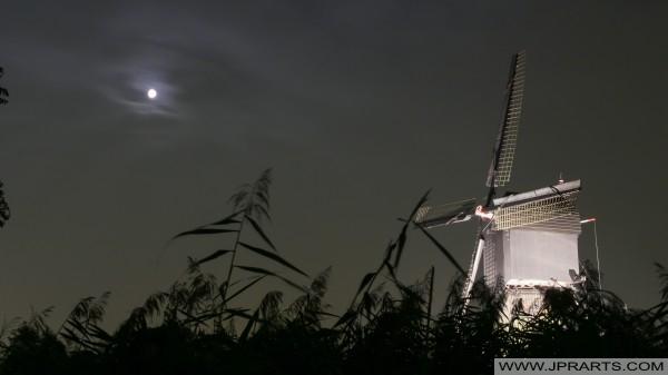 Kinderdijk molino de viento en la luna (Países Bajos)