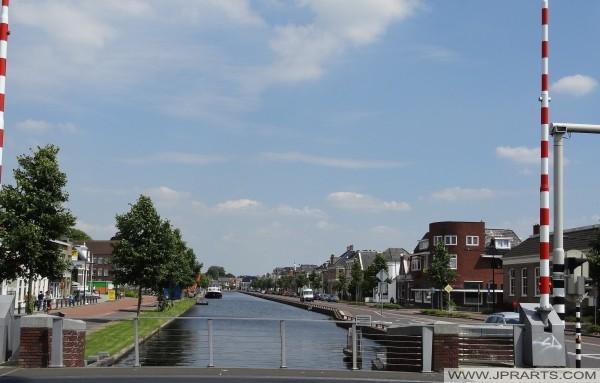 uitzicht over de Asser Vaart vanaf de Witterbrug in Assen (Nederland)