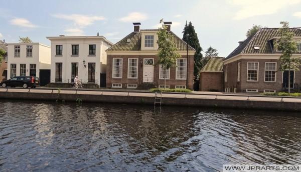 منازل جميلة على طول القناة في آسن (هولندا)