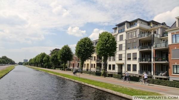 ruta en bicicleta por el canal en Assen (Holanda)