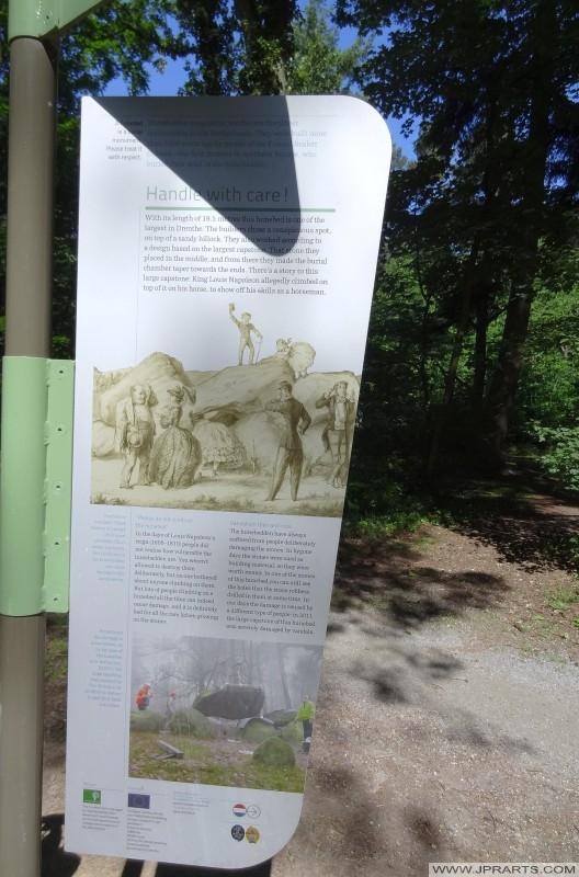 Tarjeta de la información Hunebed o Dolmen en el Emmerdennen (Emmen, Países Bajos)