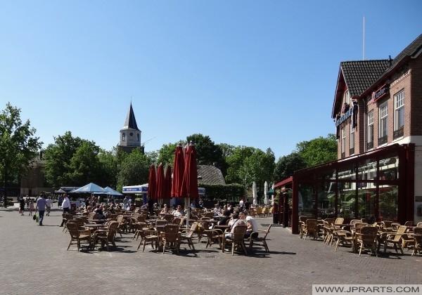 kyrktornet sett från huvudgatan i Emmen, Nederländerna
