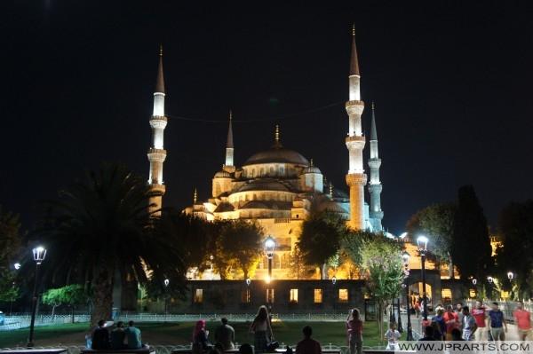 蘇丹艾哈邁德清真寺在夜间(土耳其伊斯坦布尔)