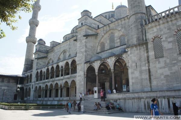 Entrada de la Mezquita Azul en Estambul, Turquía