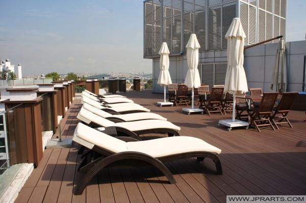 Ligbedden op het dak van het Klas Hotel in Istanbul, Turkije
