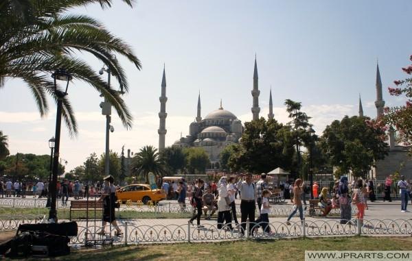 スルタンアフメット·パーク(イスタンブール、トルコ)から見たブルーモスク