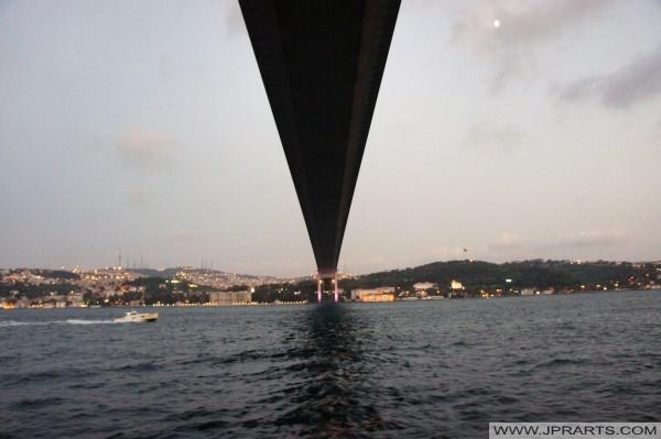 تحت جسر البوسفور (اسطنبول، تركيا)