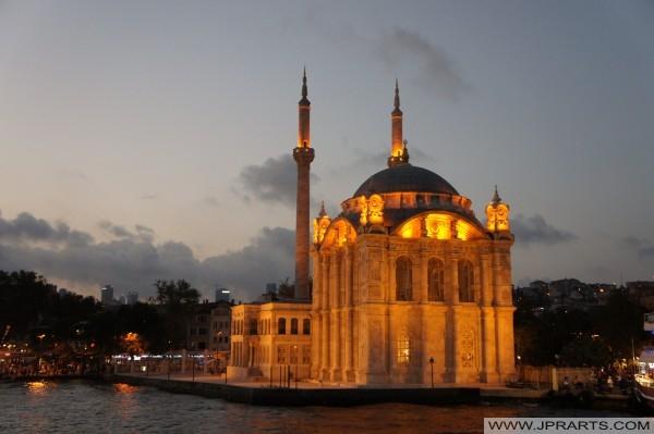 Ortaköy Moschee in der Nacht (Istanbul, Türkei)