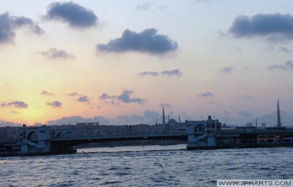 غروب الشمس على جسر جالاتا (اسطنبول، تركيا)