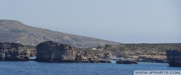 Зонтики от солнца на Голубую лагуну на острове Комино, Мальта