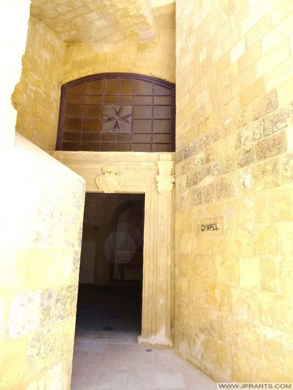 Mbealach isteach ar an Anne tSéipéil Naomh i dún St Elmo (Valletta, Málta)