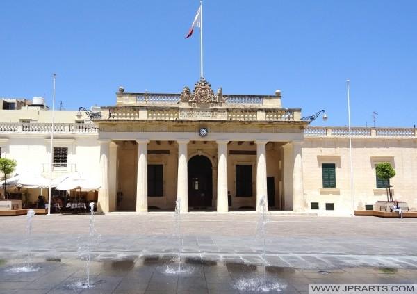 Devant le bâtiment principal de la Garde à la place du Palais à Valletta, Malte