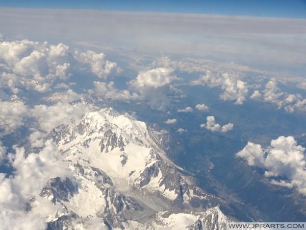 Les montagnes et les vallées dans les Alpes