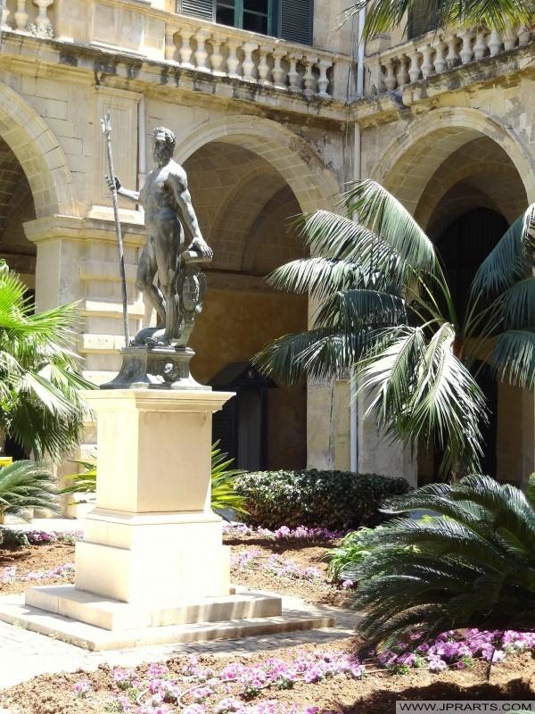 Neptunus Staty i Nedre Gård Stormästarens palats (Valletta, Malta)