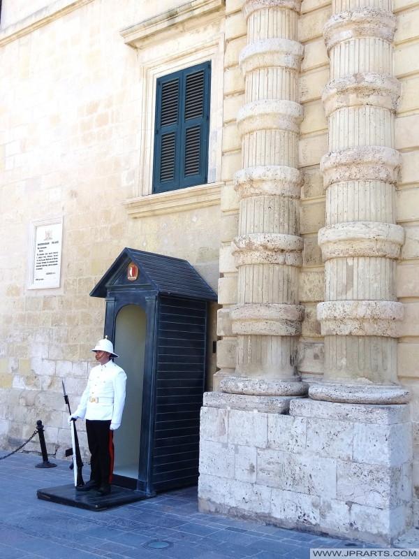 El Palacio Ceremonial Guardia en el Palacio Presidencial en la Plaza de San Jorge, La Valeta - Malta