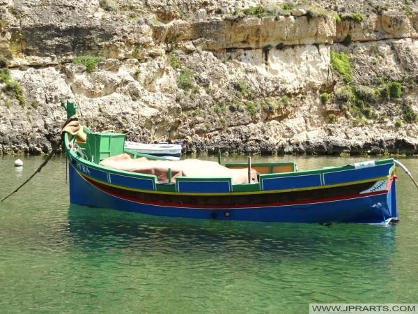 Łodzi w morze lądowego Dwejra Bay, Gozo (Malta)