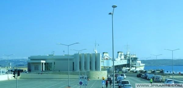 Ferry atracado en la terminal de Cirkewwa, Malta