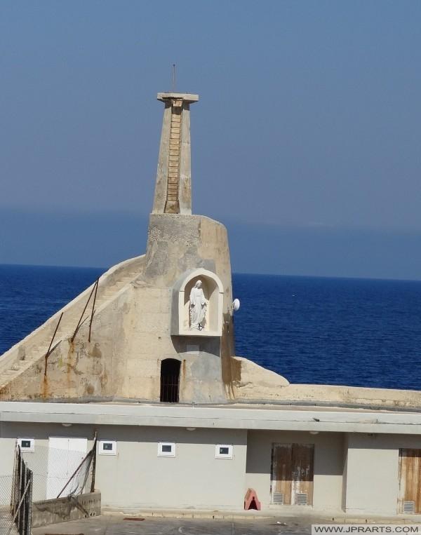 Alten Leuchtturm und die Statue der Jungfrau Maria in der Nische (Cirkewwa, Malta)
