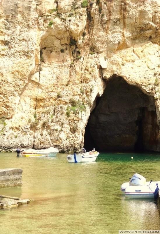 Tunnel van de binnenzee van Dwejra baai naar de open zee (Gozo, Malta)