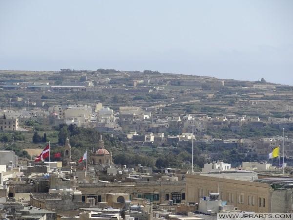 Zászlók a tetőn Victoria (Gozo, Málta)