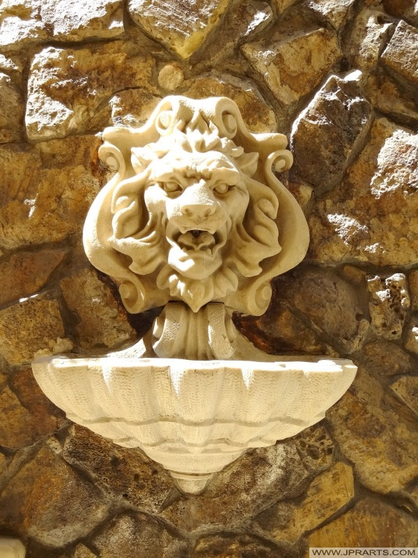 Lejon huvud vägg fontän i Victoria (Gozo, Malta)