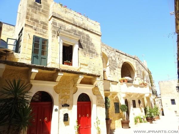 Vecchi edifici in pietra calcarea a Victoria (Gozo, Malta)