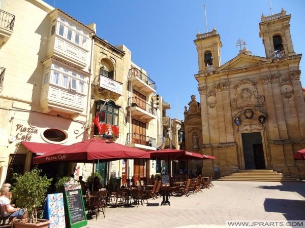 Pjazza pubbliku fir-Rabat (Għawdex, Malta)